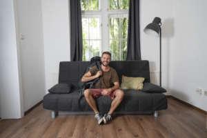 OÖ NACHRICHTEN: Neun Monate von Couch zu Couch